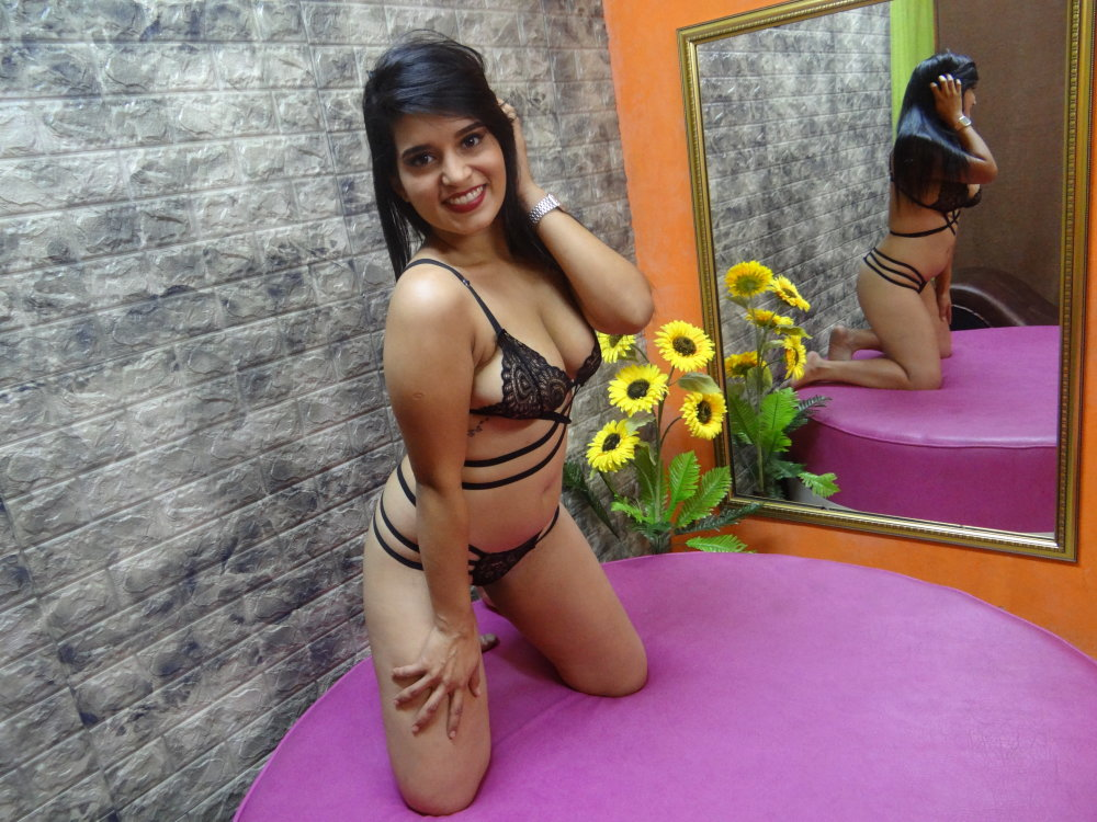 Watch CANDYFER22 live on cam at StripChat